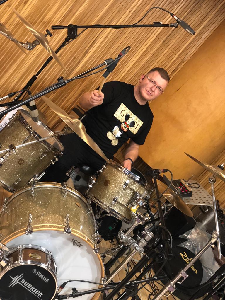 Marcin Orzech Orzechowski podczas nagrań demo True Colors Band w Quality studio na Konwiktorskiej w Warszawie. Zdjęcie zrobione w trakcie nagrań ścieżki dźwiękowej instrumentów perkusyjnych do piosenki It's My Life Bon Jovi.