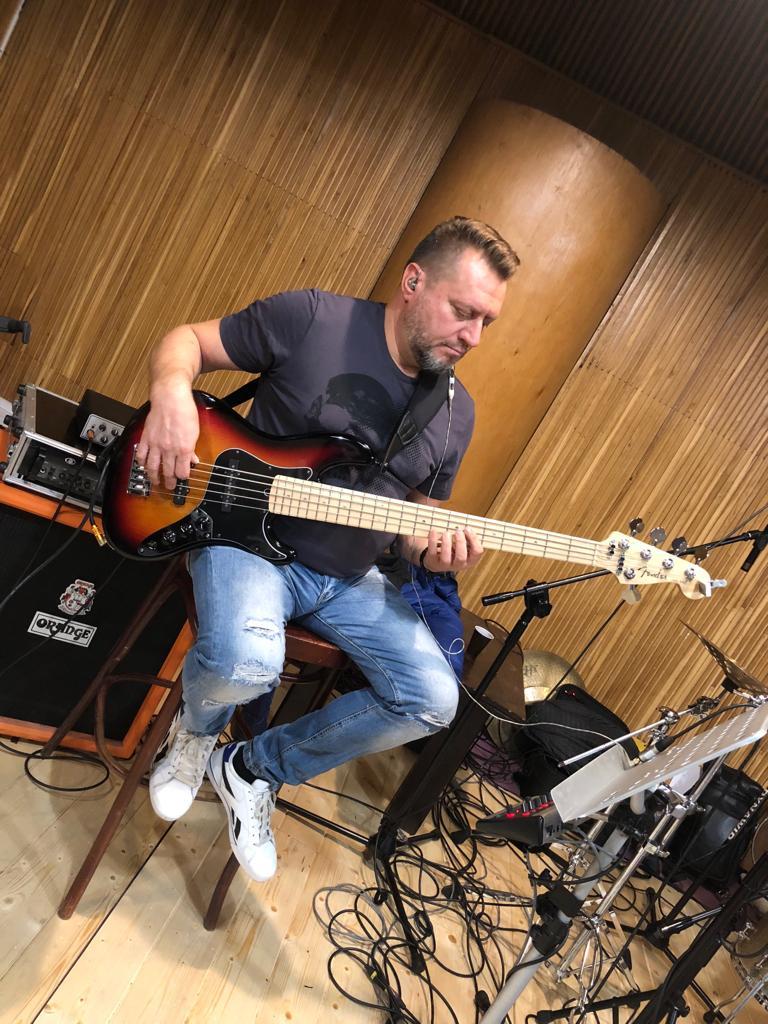 Piotr Rzęchu Rzempołuch podczas nagrań demo True Colors Band w Quality studio na Konwiktorskiej w Warszawie. Zdjęcie zrobione w trakcie nagrań ścieżki dźwiękowej basu do piosenki Ray Parker Jr. - Ghostbusters.