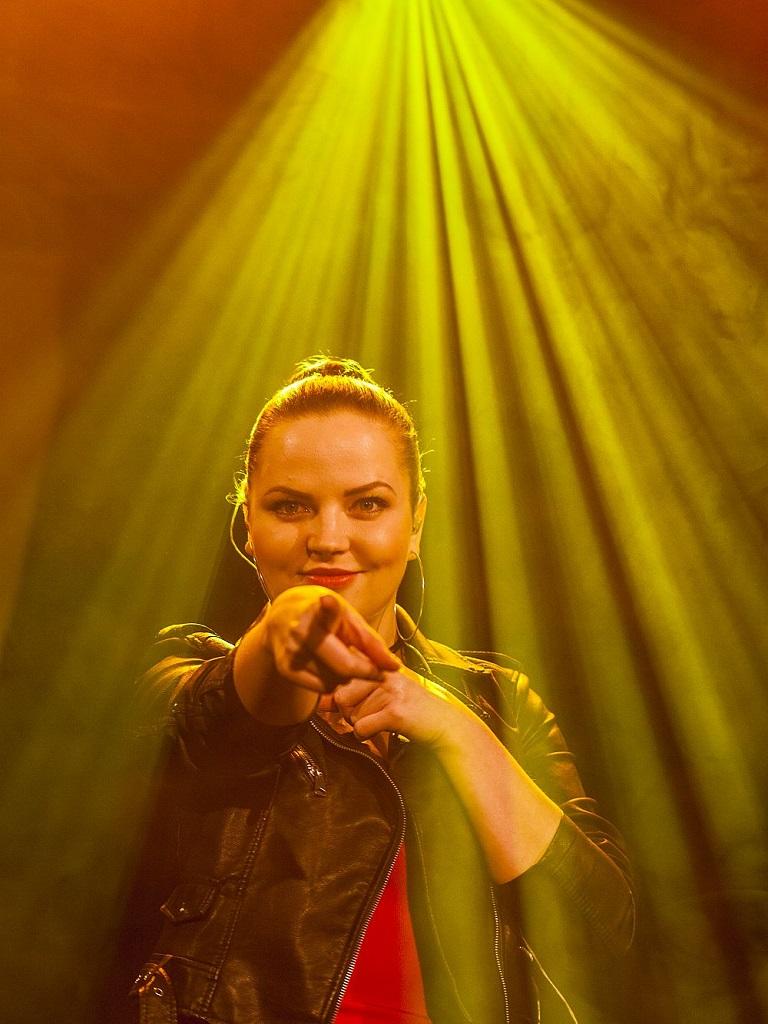 Roksana Maluchnik podczas występu zespołu coverowego z Warszawy True Colors Band w klubie Drukarnia na Pradze. Zdjęcie zrobione w trakcie interakcji  i świetnej zabawy z publicznością do piosenki Shake a tail feather z repertuaru rock and roll Blues Brothers.
