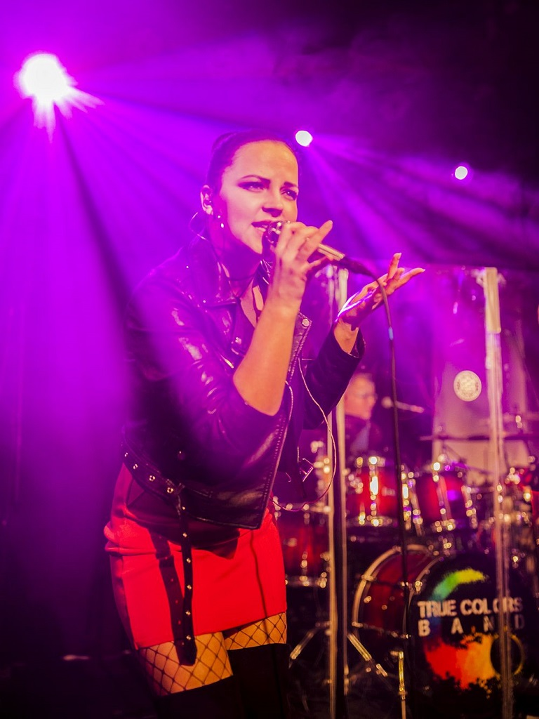 Roksana Maluchnik na scenie z True Colors Cover Band rockowe granie na evencie firmowym w warszawskim klubie Drukarnia na Pradze. Śpiewa polskie przeboje z list przebojów i zagraniczne hity ostatnich lat.
