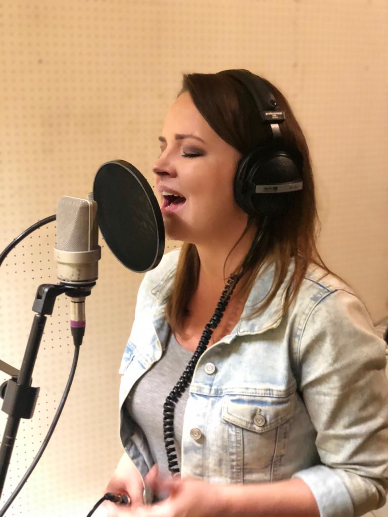 Roksana Roxi Maluchnik podczas nagrań demo True Colors Band w Quality studio na Konwiktorskiej w Warszawie. Zdjęcie zrobione w trakcie nagrań ścieżki wokalnej do piosenki Ani Dąbrowskiej Z Tobą nie umiem wygrać.